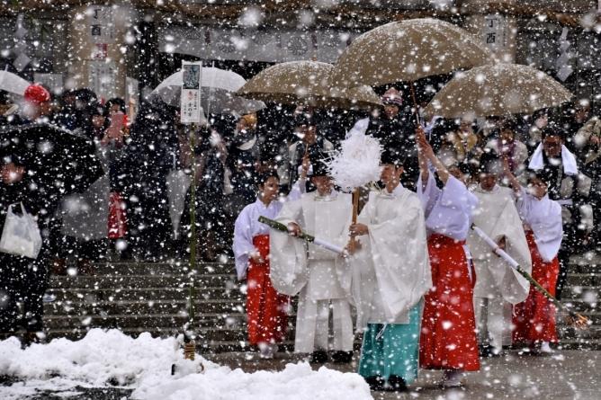 Snowbound tondo festival at Gokoku Shrine, Hiroshima